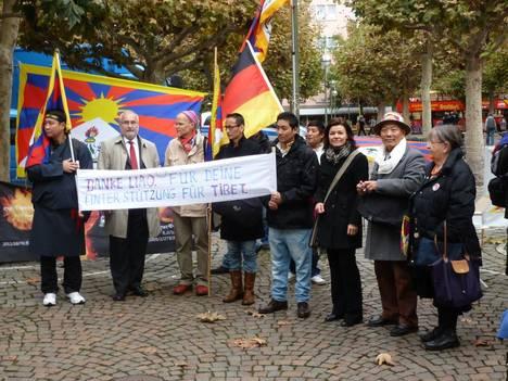"""Foto: Die Tibet Initiative Deutschland (TID) und der Verein der Tibeter (VTD) riefen anlässlich der Preisverleihung zu einer Kundgebung vor der Kirche auf. Unter dem Motto """"Danke, Liao Yiwu!"""" dankten die Aktivisten dem Preisträger für seine Unterstützung und informierten zudem über die Menschenrechtslage in Tibet."""